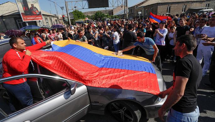 Сторонники лидера армянской оппозиции Никола Пашиняна во время блокирования дороги к аэропорту рядом...