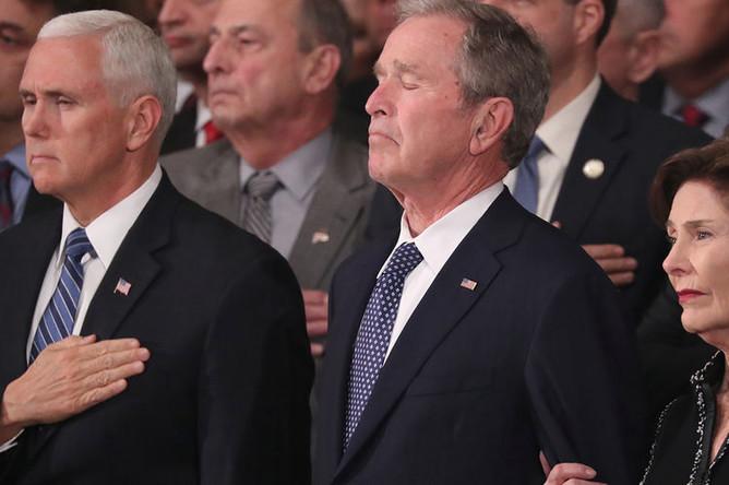Вице-президент США Майк Пенс, бывший президент Джордж Буш и его супруга Лора во время церемонии прощания с Джорджем Бушем-старшим в ротонде Капитолия в Вашингтоне, 3 декабря 2018 года