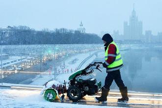 Уборка снега на Парящем мосту в парке «Зарядье», декабрь 2018 года