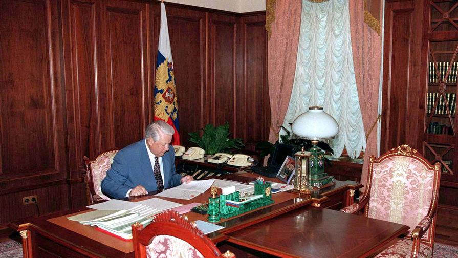 Президент России Борис Ельцин в рабочем кабинете, 1996 год