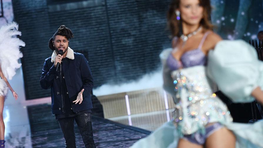 The Weeknd выступает во время модного показа Victoria's Secret, 2015 год