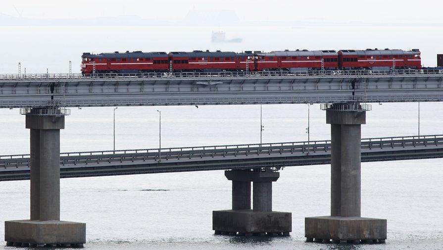 Грузовой поезд едет по Крымскому мосту, 30 июня 2020 года