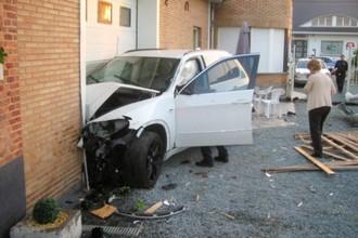 Бывший полузащитник «Терека» Жонатан Лежар был лишен водительских прав дважды, сначала в нетрезвом состоянии протаранив соседнюю машину на парковке, затем — разбив свой автомобиль, врезавшись в магазин на заправке (на фото)