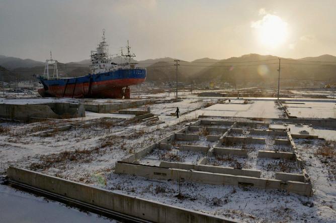 Порт Кесеннума, чуть севернее города Фукусима. Выброшенные 13-метровой волной корабли до сих пор ржавеют на берегу.