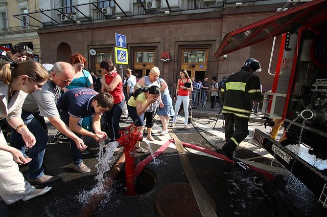 Пассажиры отмываются от копоти у станции метро «Охотный ряд» в центре Москвы