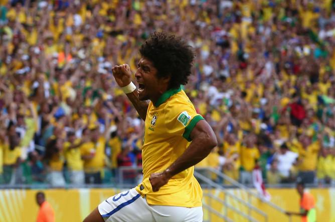 Защитник Данте празднует первый гол в матче.