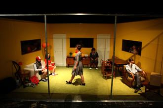 Сцена из спектакля Юрия Муравицкого «Папа уходит, мама врет, бабушка умирает»
