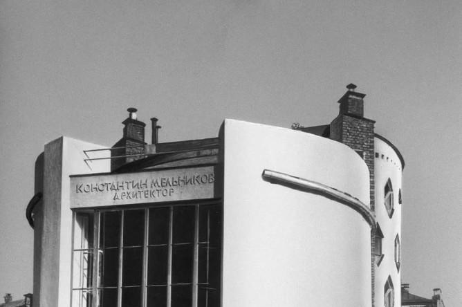 Дом К. Мельникова, 1927-1929. Одно из самых необычных зданий Москвы — собственный дом архитектор Константин Мельников проектировал из соображений удобства и практичности: круглые окна минимизируют затраты стройматериалов, а шестиугольные окна и целый остекленный фасад формируют внутри дома пространство со сложным освещением
