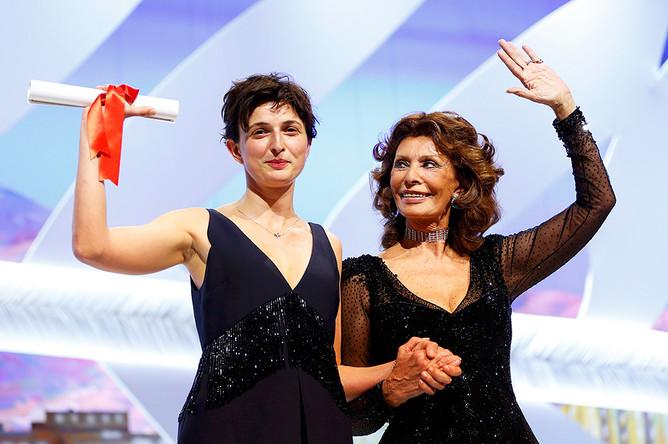 Режиссер Аличе Рорвакер, получившая награду за фильм «Чудеса», и Софи Лорен