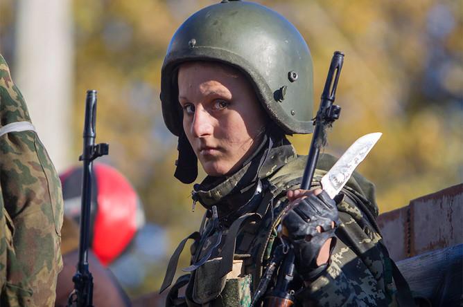 Женщина, воюющая на стороне ополченцев, на территории аэропорта во время боевых действий с украинскими войсками в Донецке