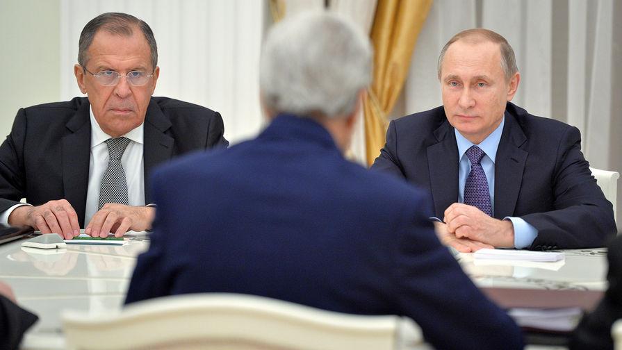 Президент России Владимир Путин (справа) и министр иностранных дел РФ Сергей Лавров во время встречи в Кремле с государственным секретарем Соединенных Штатов Америки Джоном Керри