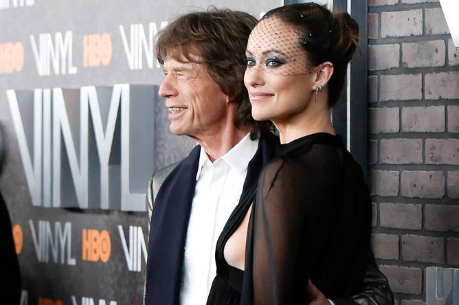 Музыкант Мик Джаггер и актриса Оливия Уайлд на премьере музыкальной драмы «Винил» в Нью-Йорке