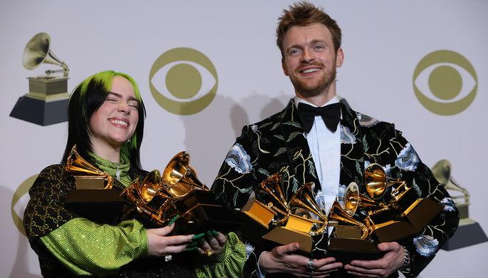 Билли Айлиш и ее брат, музыкант Финнеас О'Коннелл с наградами