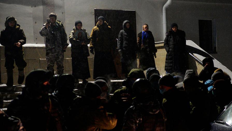 Сторонники бывшего схимонаха Сергия (Николая Романова) на территории Среднеуральского женского монастыря в Свердловской области, 29 декабря 2020 года