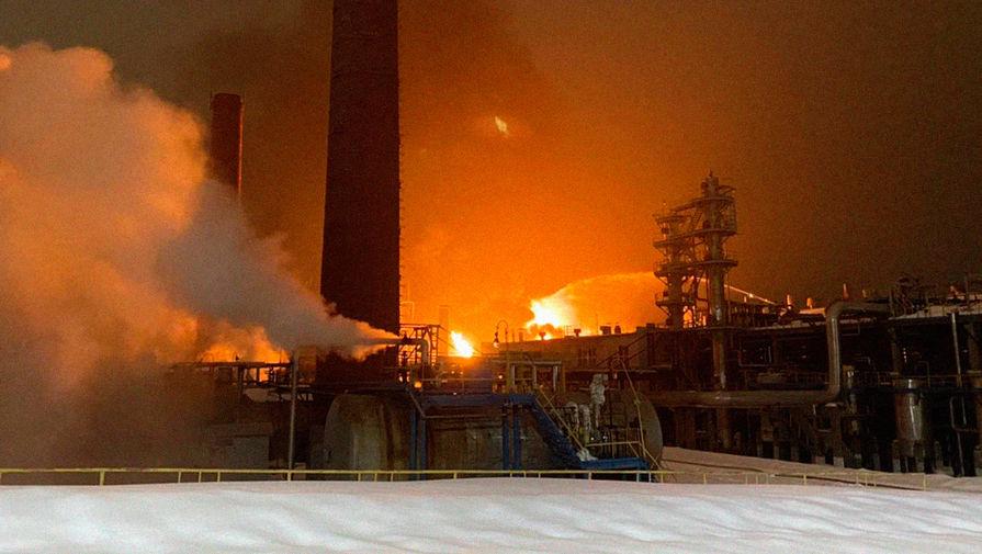 В Уфе горит установка нефтезавода