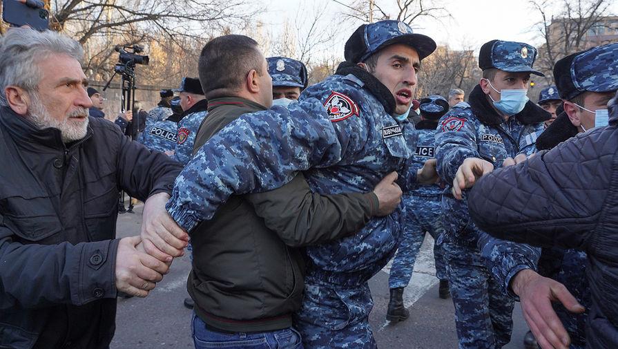 У резиденции президента Армении начались столкновения протестующих и полиции