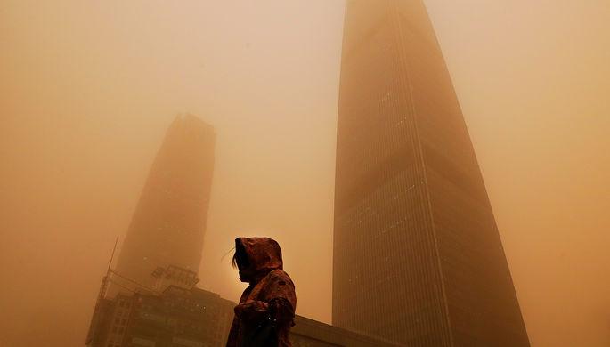 Во время песчаной бури в Пекине, Китай, 15 марта 2021 года