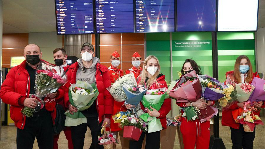Российские фигуристы, вернувшиеся с чемпионата мира по фигурному катанию в Стокгольме, во время встречи в аэропорту Шереметьево, 29 марта 2021 года