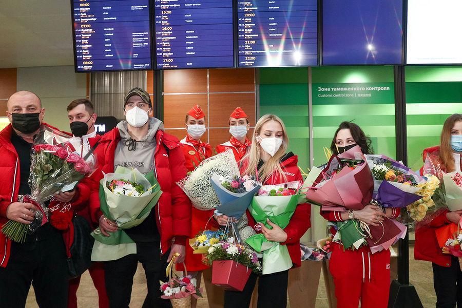 Российские фигуристы, вернувшиеся счемпионата мира пофигурному катанию вСтокгольме, во время встречи ваэропорту Шереметьево, 29 марта 2021 года