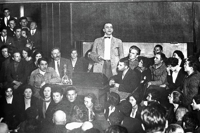 Владимир Владимирович Маяковский (1893 — 1930) читает поэму «Хорошо» в Политехническом музее. Репродукция фотографии из двух частей (правая часть)