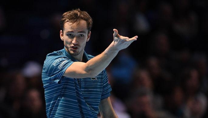 Даниил Медведев (Россия) в матче одиночного разряда против Стефаноса Циципаса (Греция) на итоговом турнире Ассоциации теннисистов-профессионалов (АТР) в Лондоне, 11 ноября 2019 года