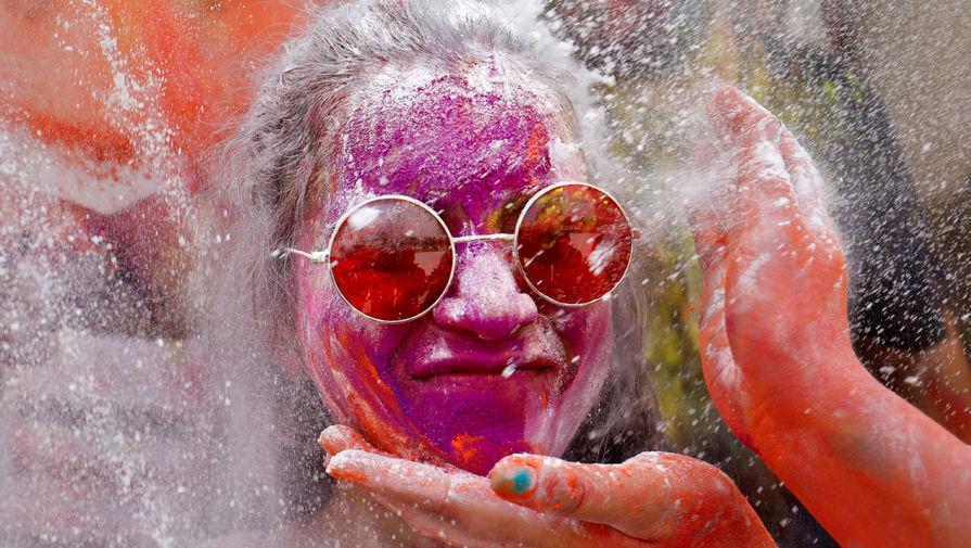 Участница празднования Холи в Ахмадабаде, Индия, 29 марта 2021 года