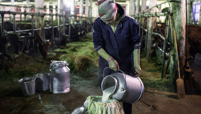 Работница фермы в селе Литковка