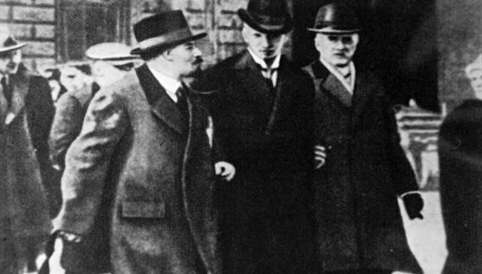 В. Ленин с группой русских политических эмигрантов (в день проезда через шведскую столицу) по пути из Швейцарии в Россию (начало апреля 1917 года)