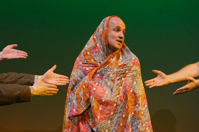 Егор Дружинин (Пижон) в сцене из спектакля «Всюду жизнь» в Центре им. В. Мейерхольда, 2011 год