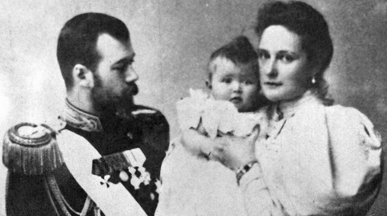 Николай II с женой Александрой Федоровной и дочерью Ольгой