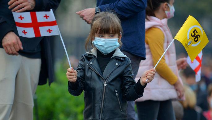 Юная участница акции оппозиции в Тбилиси, 1 ноября 2020 года