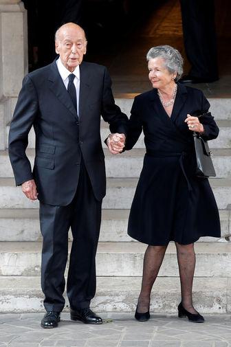 Бывший президент Франции Жискар д'Эстен и его супруга Анна-Эймона после церемонии прощания с Лилиан Беттанкур под Парижем, 2017 год