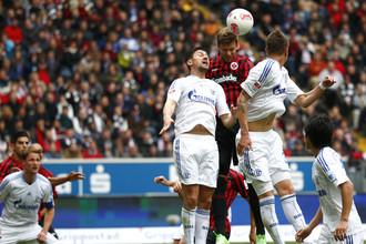 Марко Русс из «Айнтрахта» забивает гол в матче против «Шальке»