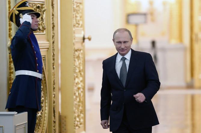 Президент России Владимир Путин перед началом выступления с ежегодным посланием к Федеральному собранию РФ в Георгиевском зале Кремля