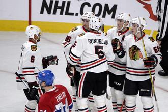 Хоккеисты «Чикаго Блэкхоукс» (в белом) готовятся к новой чемпионской кампании