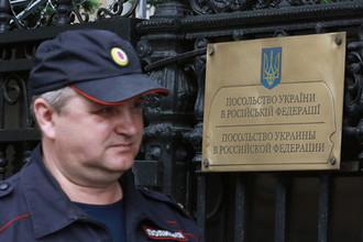 «Непорядок»: радикалы принесли унитазы к посольству Украины