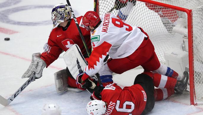 Слева направо: вратарь Лука Холленштайн (Швейцария) и Кирилл Марченко (Россия) в матче 1/4 финала молодежного чемпионата мира по хоккею между сборными командами Швейцарии и России, 2 января 2020 года