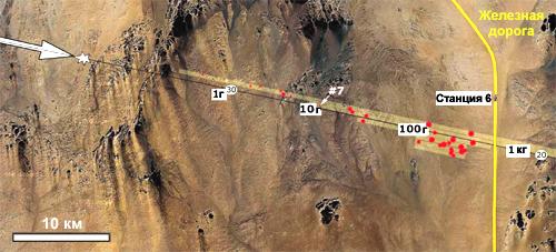 Расчётная траектория полёта астероида и карта обнаружения фрагментов. Белой звёздочкой показано место взрыва, стрелкой – направление полёта. Положением и размером красных точек показана места обнаружения и масса метеоритов. Числа в белых прямоугольниках – расчётные массы фрагментов, способных долететь до указанного места на земле от места взрыва (тяжёлые метеориты обладают большей инерцией и потому меньше тормозятся о воздух). Числа в белых эллипсах на траектории – расчётная высота исходной траектории. // NASA Ames/SETI/JPL