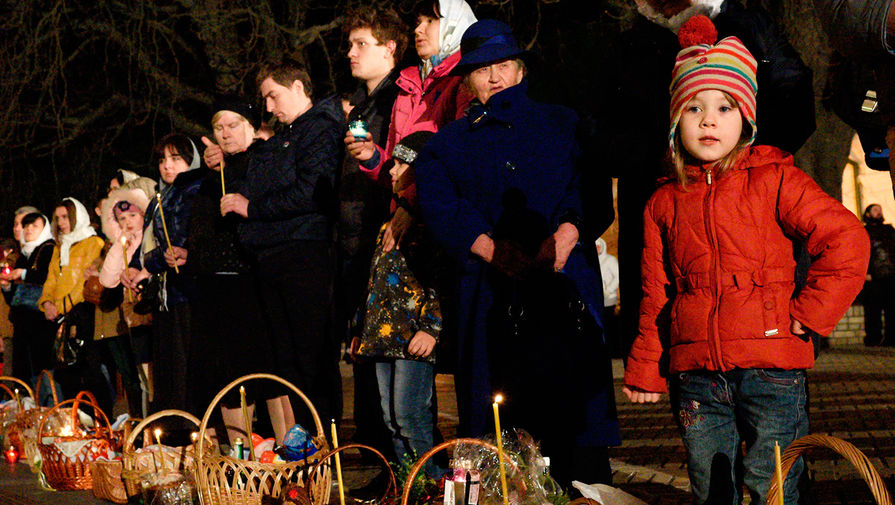 Прихожане во время пасхальной службы в Киево-Печерской лавре в Киеве