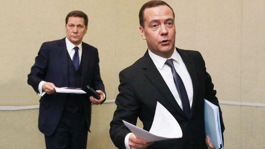 Первый вице-спикер Госдумы России Александр Жуков и премьер-министр России Дмитрий Медведев на...
