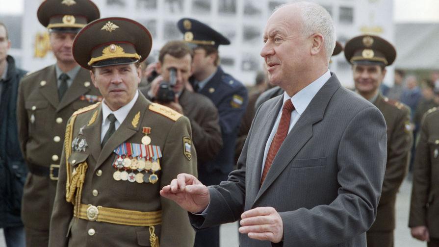 1997 год. Министр обороны Российской Федерации Игорь Родионов (справа) на репетиции военного парада...