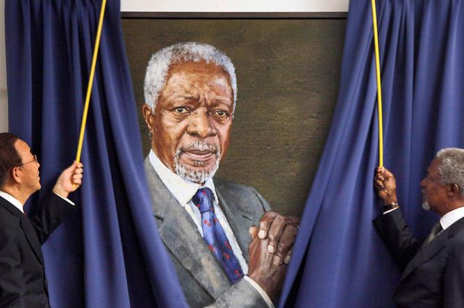 Пан Ги Мун и Кофи Аннан презентуют портрет Кофи Аннана в штаб-квартире ООН, 2010 год