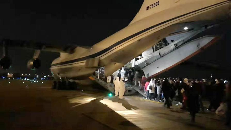 Эвакуированные граждане России поднимаются на борт самолета ВКС РФ в Ухане, 4 февраля 2020 года