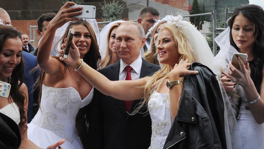 Президент России Владимир Путин на торжественной церемонии открытия Дня города на Красной площади в Москве, 10 сентября 2016 года