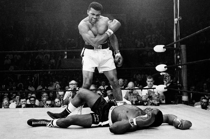 Чемпион мира в супертяжелом весе Мохаммед Али во время боя с Сонни Листоном, 25 мая 1965 года
