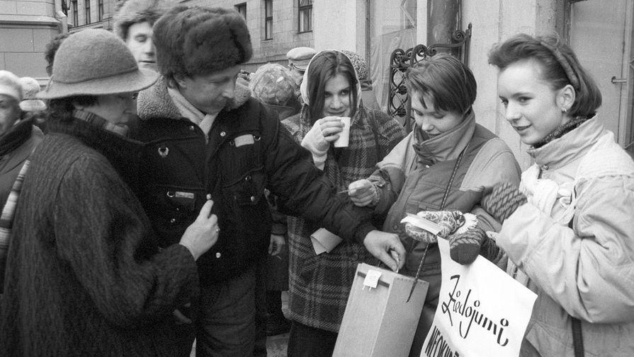 Участники Вселатвийского митинга по призыву Народного фронта в знак протеста против кровопролития в Вильнюсе, 13 января 1991 года