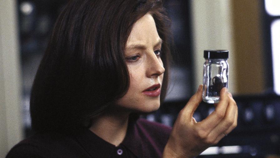 Актриса Джоди Фостер также получила роль молодой курсантки Академии ФБР Кларисы Старлинг не сразу. Изначально Джонатан Демме хотел поработать с Мишель Пфайффер, но она отказалась от съемок из-за излишней жестокости в сюжете.