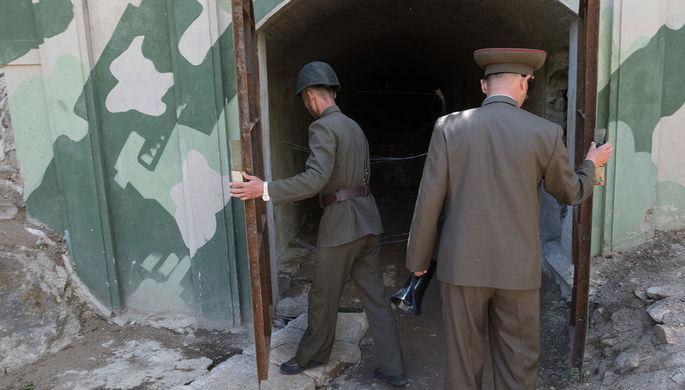 Военнослужащие у входа в шахту для ядерных испытаний №4 на ядерном полигоне Пхунгери на севере КНДР, 24 мая 2018 года