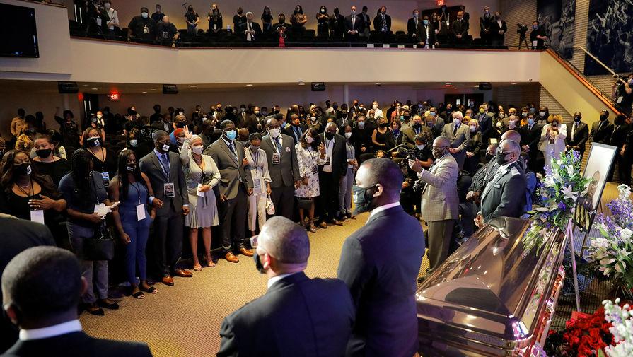 Во время церемонии прощания с Джорджом Флойдом в Миннеаполисе, 4 июня 2020 года
