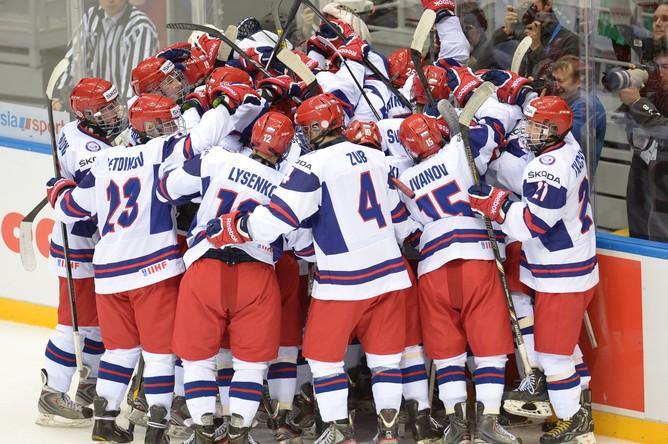 Игроки юниорской сборной России празднуют победу над США